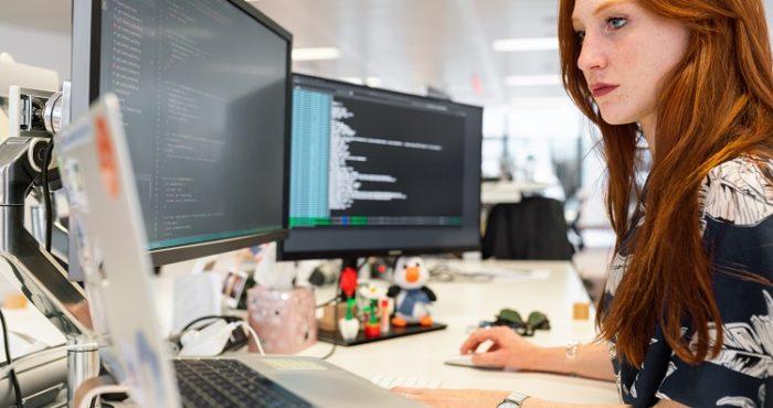 žena--kodira-na-kompjuteru-strani-državljanin-radna-dozvola-vanredno-stanje-srbija